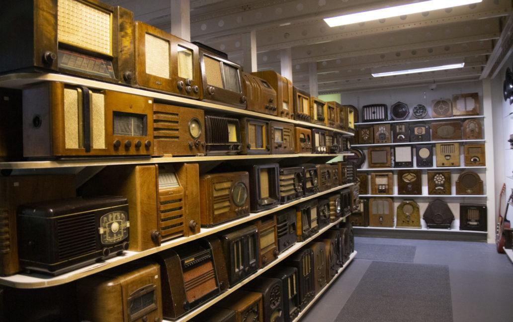 Kuva radiohyllyistä Jyllinkosken museossa