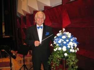 Kapellimestari Juhani Numminen johtaa Jalas Chamberia.  Kuvassa Juhani Numminen.